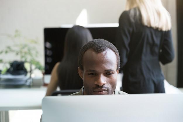 Geconcentreerde afro-amerikaanse zakenman werken