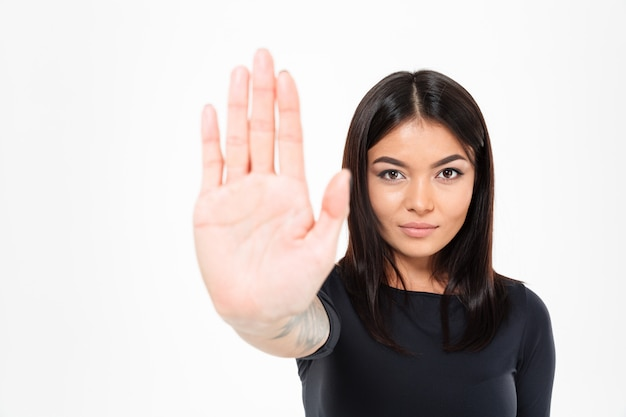Geconcentreerde ernstige jonge aziatische dame die eindegebaar toont