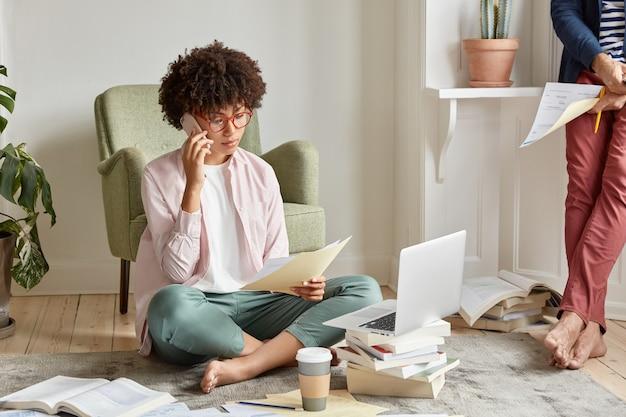 Geconcentreerde freelancer heeft een telefoongesprek