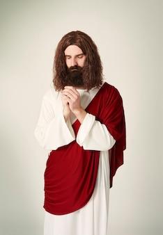Geconcentreerde jezus bidt met gesloten ogen