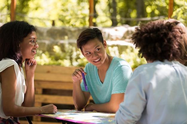 Geconcentreerde jonge multi-etnische vriendenstudenten die studeren