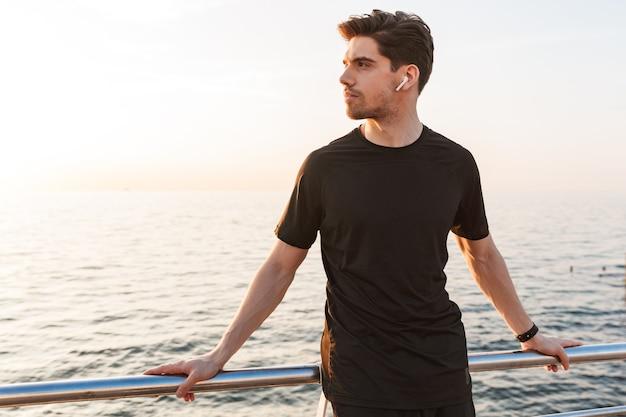 Geconcentreerde jonge sportman in zwart overhemd