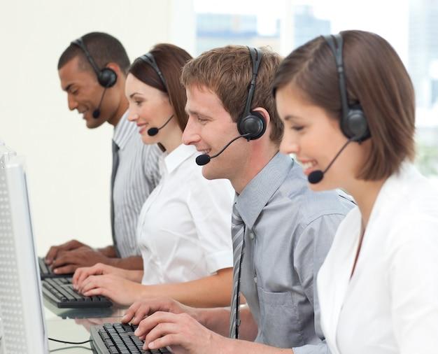 Geconcentreerde klantenservicemedewerkers die in een callcenter werken