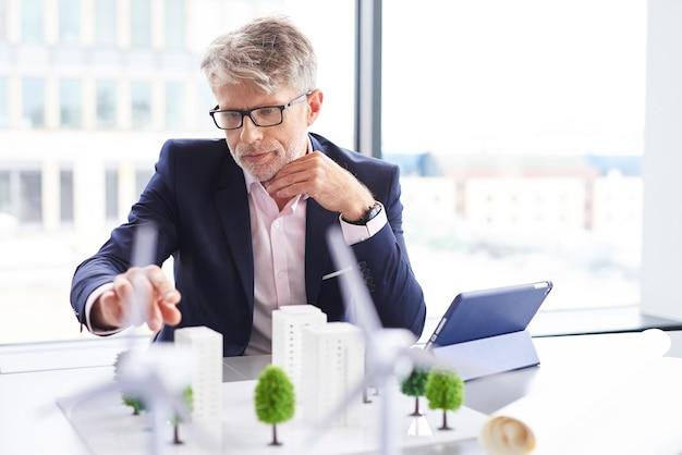 Geconcentreerde man die aan nieuw project denkt