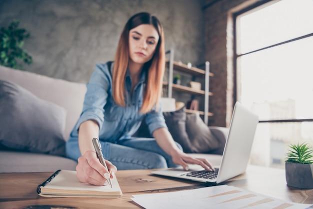Geconcentreerde manager ceo werknemer meisje werk laptop schrijf schrift