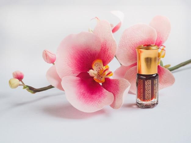 Geconcentreerde massageolie. arabisch parfum van agarwoodboom.