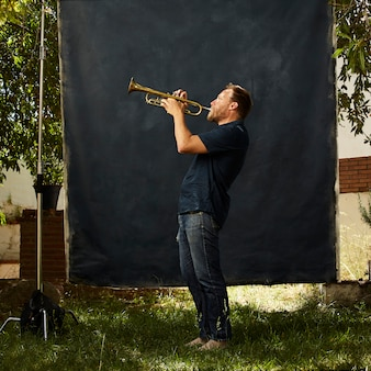 Geconcentreerde muzikant die zijn instrument bespeelt