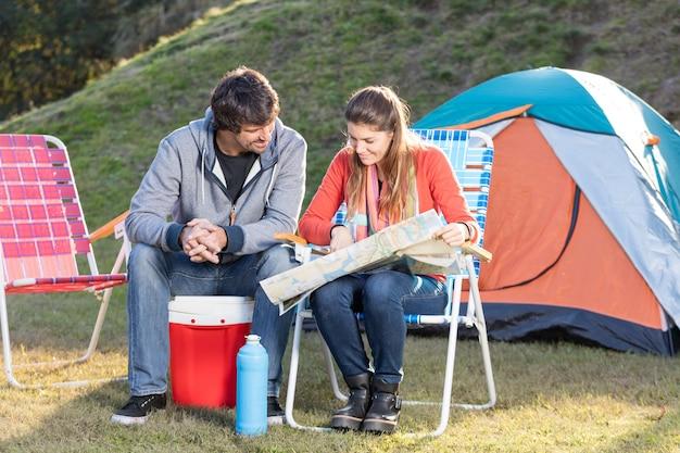Geconcentreerde paar het bestuderen van de kaart terwijl buiten genieten