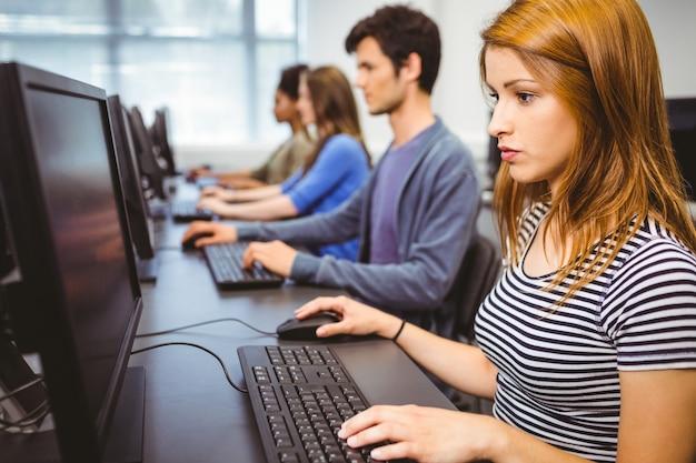 Geconcentreerde student in computerklasse