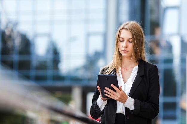 Geconcentreerde vrouw die een tablet gebruikt