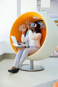 Geconcentreerde vrouw die vr-hoofdtelefoon testen