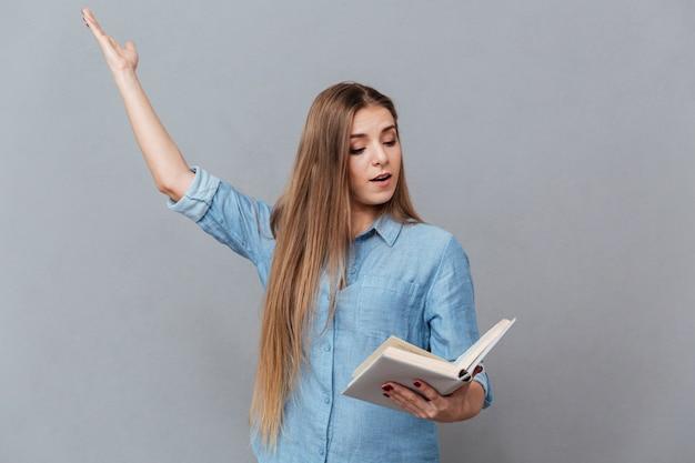 Geconcentreerde vrouw repeteert met boek in de hand