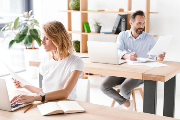 Geconcentreerde vrouwenmanager die aan laptop werkt