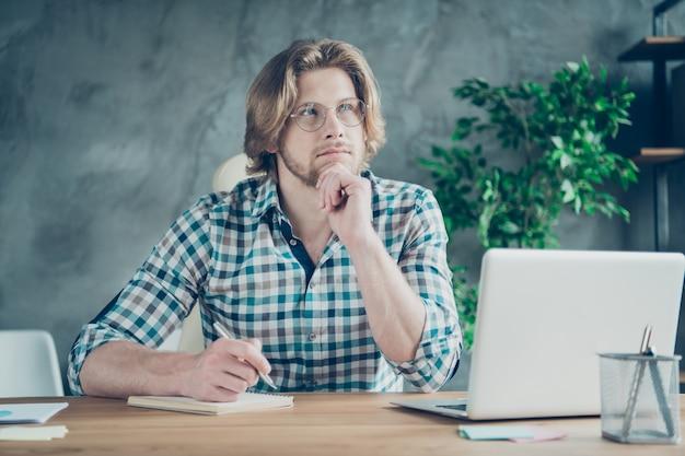 Geconcentreerde werknemer die op kantoor op laptop werkt