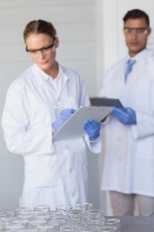 Geconcentreerde wetenschappers die bekers bekijken