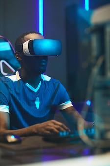 Geconcentreerde zwarte gamer in vr-headset