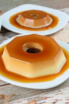Gecondenseerde melkpudding met karamelsiroop. dulce de leche pudding. braziliaanse traditionele zoetigheden.