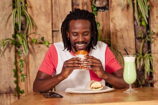 Geconfronteerd met mening van de hipstermens die sandwich eet