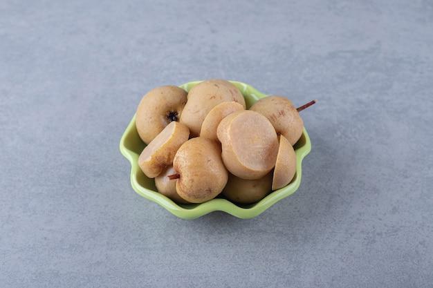 Geconserveerde appels in kom