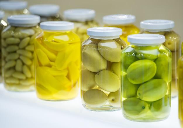 Geconserveerde groenten en fruit in glazen fles