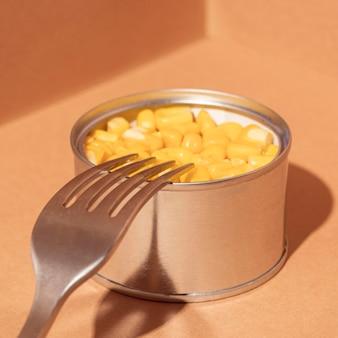 Geconserveerde maïs met hoge hoek in blik met vork