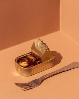Geconserveerde mosselen onder hoge hoek in blik met vork