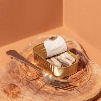 Geconserveerde sardines onder hoge hoek in blik met vork