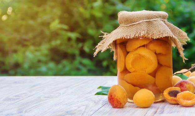 Geconserveerde, zelfgemaakte abrikozen in potten. selectieve aandacht.