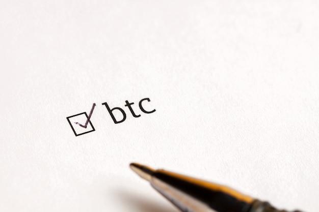 Gecontroleerd checkbox met woord bitcoin op wacht achtergrond. vragenlijst concept.