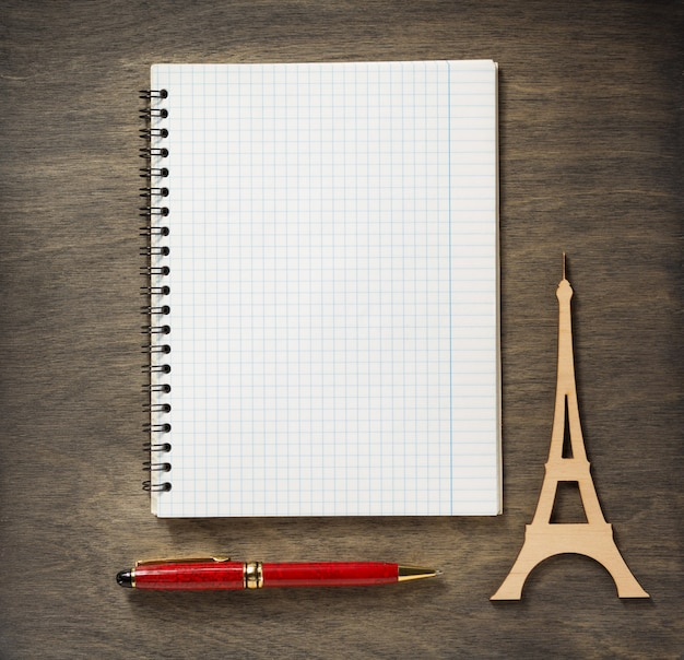 Gecontroleerde notebook en pen op houten achtergrond