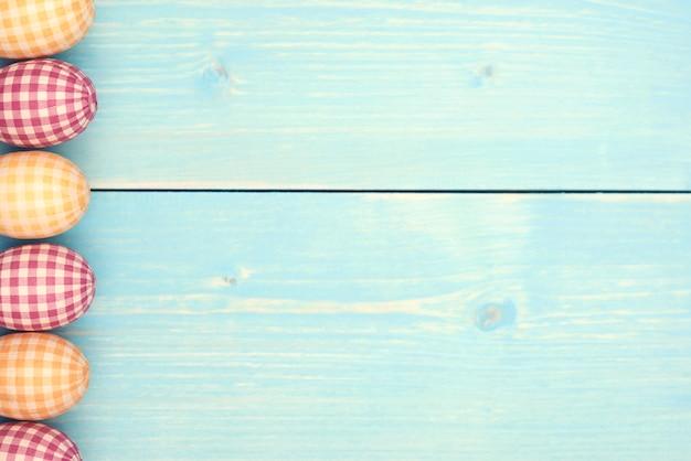 Gecontroleerde paaseieren in verticale rij