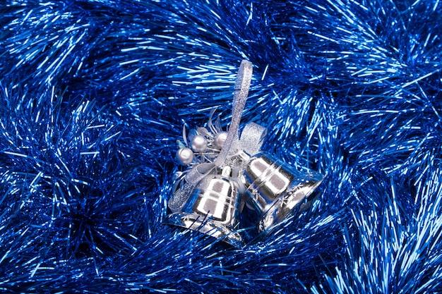 Gedecoreerde kerst blauwe slinger met tafelbel