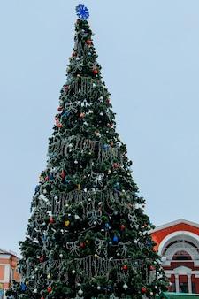 Gedecoreerde kerstboom bedekt met rijm in een stadspark
