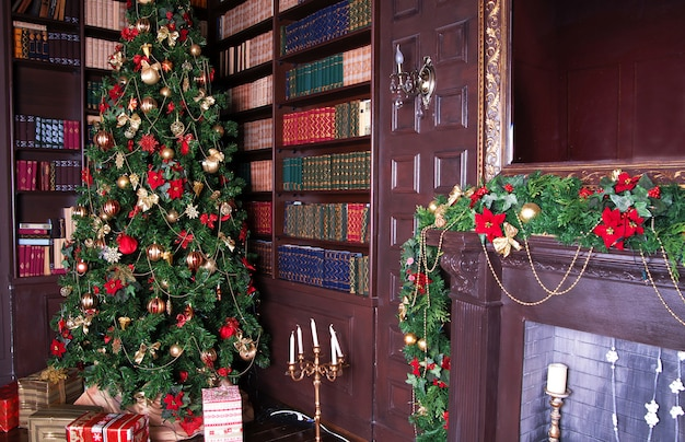 Gedecoreerde kerstboom bij een open haard