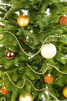 Gedecoreerde kerstboom close-up achtergrond
