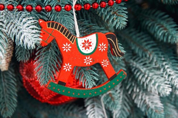 Gedecoreerde kerstboom close-up wintervakantie lichte decoratie