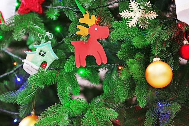 Gedecoreerde kerstboom in de kamer, close-up