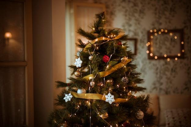 Gedecoreerde kerstboom in de woonkamer