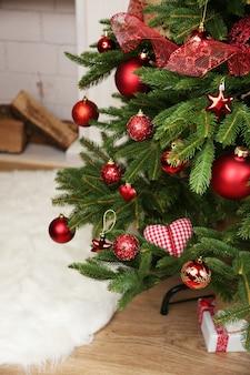 Gedecoreerde kerstboom in kamerclose-up