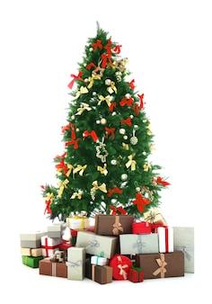 Gedecoreerde kerstboom met cadeautjes op wit wordt geïsoleerd