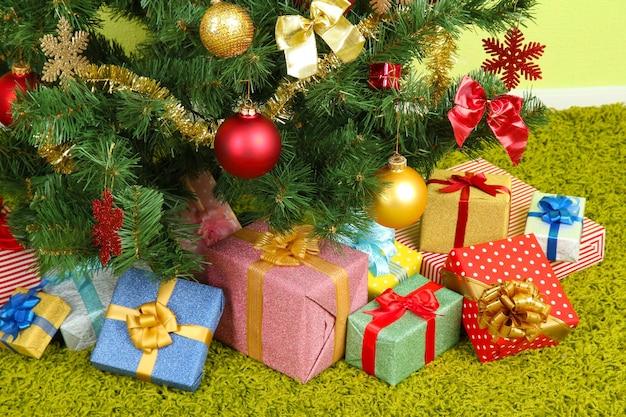 Gedecoreerde kerstboom met geschenken close-up
