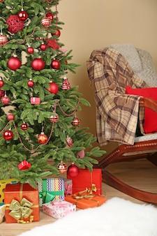 Gedecoreerde kerstboom met geschenken in kamerclose-up