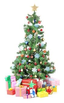 Gedecoreerde kerstboom met geschenken op wit wordt geïsoleerd