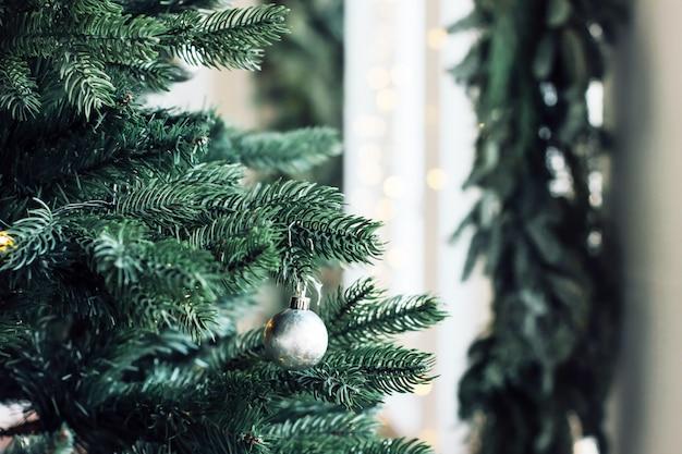 Gedecoreerde kerstboom, minimalistische scandinavische decor achtergrond
