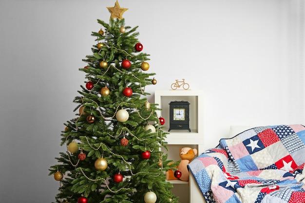Gedecoreerde kerstboom op de achtergrond van het interieur