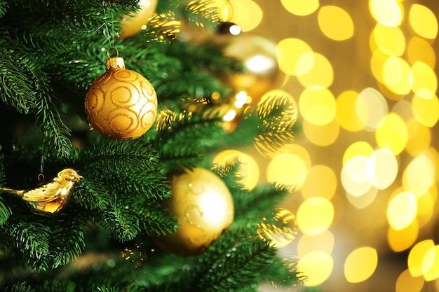 Gedecoreerde kerstboom op een wazige, sprankelende en sprookjesachtige achtergrond