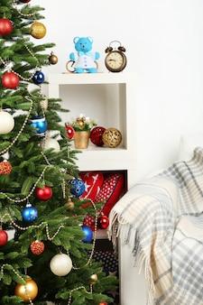 Gedecoreerde kerstboom op het binnenoppervlak van het huis