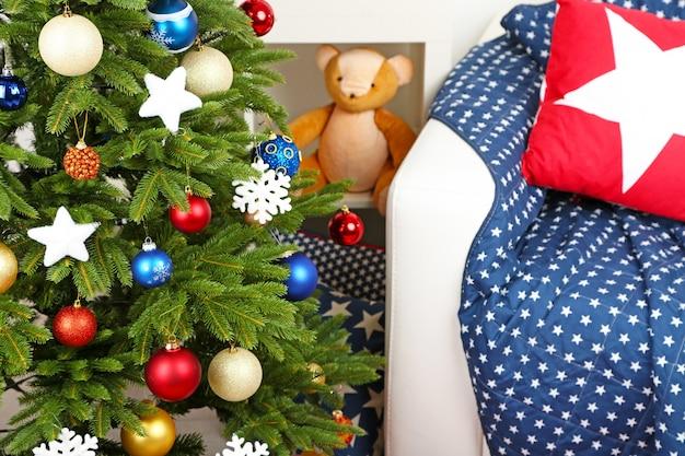Gedecoreerde kerstboom op interieur home
