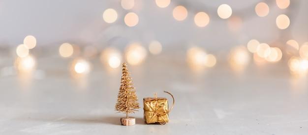 Gedecoreerde kerstboom op wazig, sprankelend en fee