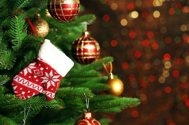 Gedecoreerde kerstboom op wazig, sprankelend en sprookjesachtig oppervlak